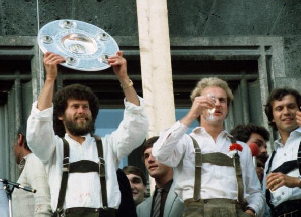 Пауль Брайтнер и Карл-Хайнц Румменигге празднуют Чемпионство-1981